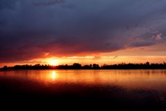 Όμορφο ηλιοβασίλεμα στον ποταμό Στοκ Εικόνα