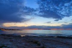 Όμορφο ηλιοβασίλεμα στο δυτικό μέρος του νησιού της Κρήτης, κοντά στην πόλη Χερσονήσου Seascape πέρα από το ηλιοβασίλεμα θάλασσας Στοκ εικόνα με δικαίωμα ελεύθερης χρήσης