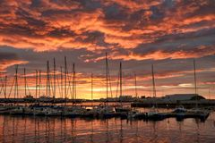 Όμορφο ηλιοβασίλεμα στο λιμάνι του Ρέικιαβικ στοκ εικόνα