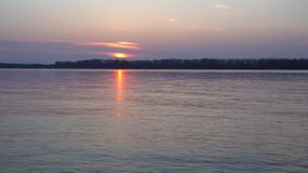 Όμορφο ηλιοβασίλεμα στο μεγάλο ποταμό, τα εγκαύματα πορειών ήλιων με το χρυσό, φιλμ μικρού μήκους