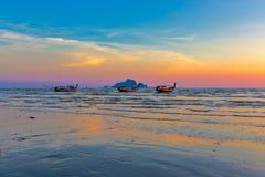 Όμορφο ηλιοβασίλεμα στο AO Nang, Krabi, Ταϊλάνδη με το παραδοσιακό θόριο Στοκ εικόνες με δικαίωμα ελεύθερης χρήσης