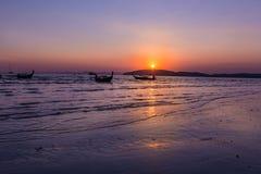 Όμορφο ηλιοβασίλεμα στο AO Nang, Krabi, Ταϊλάνδη με το παραδοσιακό θόριο Στοκ φωτογραφίες με δικαίωμα ελεύθερης χρήσης