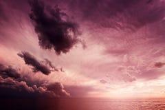 Όμορφο ηλιοβασίλεμα cloudscape πέρα από τη θάλασσα Στοκ φωτογραφία με δικαίωμα ελεύθερης χρήσης
