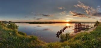 Όμορφο ηλιοβασίλεμα από τη λίμνη Στοκ Φωτογραφία
