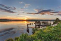 Όμορφο ηλιοβασίλεμα από τη λίμνη Στοκ Εικόνες