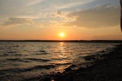 Όμορφο ηλιοβασίλεμα, αυγή Όμορφο ηλιοβασίλεμα ακτών πέρα από τη λίμνη Στοκ φωτογραφία με δικαίωμα ελεύθερης χρήσης