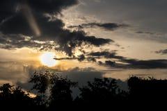 Όμορφο ηλιοβασίλεμα βραδιού στο χωριό Στοκ φωτογραφίες με δικαίωμα ελεύθερης χρήσης