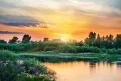 Όμορφο ηλιοβασίλεμα επάνω από έναν μεγάλο ποταμό Στοκ Εικόνες