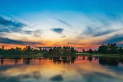 Όμορφο ηλιοβασίλεμα επάνω από έναν μεγάλο ποταμό Στοκ φωτογραφίες με δικαίωμα ελεύθερης χρήσης