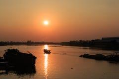 Όμορφο ηλιοβασίλεμα επάνω από τον ποταμό Στοκ φωτογραφίες με δικαίωμα ελεύθερης χρήσης