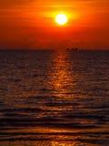 όμορφο ηλιοβασίλεμα θάλ&a Στοκ εικόνες με δικαίωμα ελεύθερης χρήσης