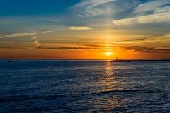όμορφο ηλιοβασίλεμα θάλ&a Στοκ φωτογραφία με δικαίωμα ελεύθερης χρήσης