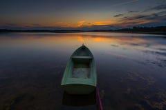 Όμορφο ηλιοβασίλεμα λιμνών με τη βάρκα ψαράδων Στοκ εικόνες με δικαίωμα ελεύθερης χρήσης