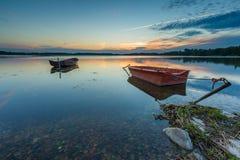 Όμορφο ηλιοβασίλεμα λιμνών με τις βάρκες ψαράδων Στοκ Φωτογραφία