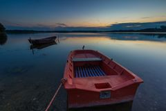 Όμορφο ηλιοβασίλεμα λιμνών με τις βάρκες ψαράδων Στοκ Εικόνες
