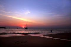 Όμορφο ηλιοβασίλεμα και τοπικά αλιευτικά σκάφη στην παραλία με το twiligh Στοκ εικόνες με δικαίωμα ελεύθερης χρήσης
