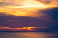 Όμορφο ηλιοβασίλεμα και όμορφο σύννεφο πέρα από τη θάλασσα στο ηλιοβασίλεμα Στοκ Εικόνες