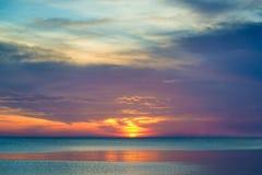 Όμορφο ηλιοβασίλεμα και όμορφο σύννεφο πέρα από τη θάλασσα στο ηλιοβασίλεμα Στοκ φωτογραφίες με δικαίωμα ελεύθερης χρήσης