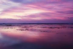 Όμορφο ηλιοβασίλεμα με τον πορφυρό ουρανό στην παραλία στοκ φωτογραφία με δικαίωμα ελεύθερης χρήσης