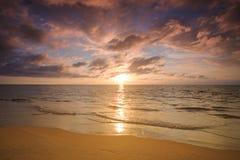 Όμορφο ηλιοβασίλεμα πέρα από την ήρεμη θάλασσα, Ταϊλάνδη Στοκ φωτογραφίες με δικαίωμα ελεύθερης χρήσης