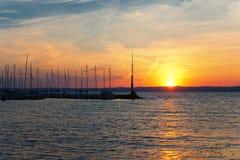 Όμορφο ηλιοβασίλεμα πέρα από τη λίμνη Balaton Siofok, Ουγγαρία Στοκ Εικόνες