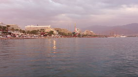 Όμορφο ηλιοβασίλεμα πέρα από τη Ερυθρά Θάλασσα σε Eilat, Ισραήλ απόθεμα βίντεο