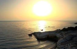 Όμορφο ηλιοβασίλεμα πέρα από τη θάλασσα και τους βράχους Στοκ εικόνα με δικαίωμα ελεύθερης χρήσης