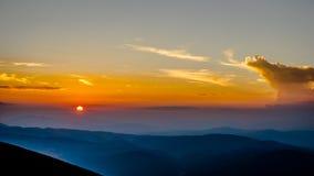 Όμορφο ηλιοβασίλεμα πέρα από το βουνό Στοκ Εικόνες