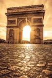 Όμορφο ηλιοβασίλεμα πέρα από Arc de Triomphe, Παρίσι Στοκ φωτογραφία με δικαίωμα ελεύθερης χρήσης