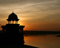 Όμορφο ηλιοβασίλεμα πίσω από το ναό στην Ινδία με το νερό στοκ εικόνα