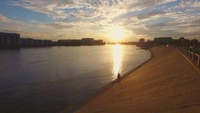 Όμορφο ηλιοβασίλεμα σε μια προκυμαία του ποταμού Neva απόθεμα βίντεο