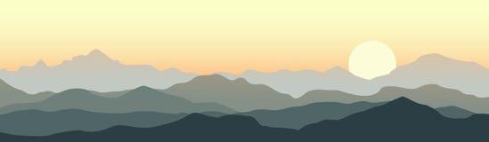 Όμορφο ηλιοβασίλεμα στα βουνά Στοκ Φωτογραφίες