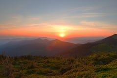 Όμορφο ηλιοβασίλεμα στα Καρπάθια βουνά Στοκ φωτογραφία με δικαίωμα ελεύθερης χρήσης