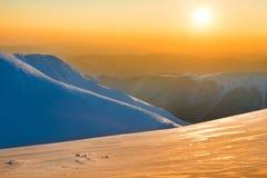 Όμορφο ηλιοβασίλεμα στα χειμερινά βουνά Στοκ εικόνες με δικαίωμα ελεύθερης χρήσης