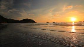 Όμορφο ηλιοβασίλεμα στην ακτή ενός τροπικού νησιού Koh Chang απόθεμα βίντεο
