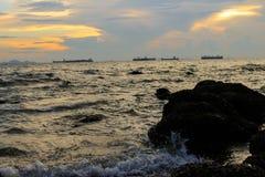 Όμορφο ηλιοβασίλεμα στην ακτή της Ταϊλάνδης Στοκ εικόνα με δικαίωμα ελεύθερης χρήσης