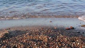 Όμορφο ηλιοβασίλεμα στην παραλία, καταπληκτικά χρώματα, ελαφριά ακτίνα που λάμπει μέσω του cloudscape φιλμ μικρού μήκους