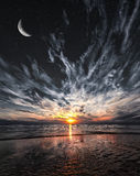 Όμορφο ηλιοβασίλεμα στην παραλία, τα αστέρια και το φεγγάρι στον ουρανό Στοκ φωτογραφία με δικαίωμα ελεύθερης χρήσης