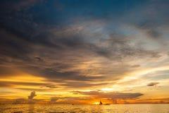 Όμορφο ηλιοβασίλεμα στην παραλία Boracay, Φιλιππίνες Στοκ φωτογραφία με δικαίωμα ελεύθερης χρήσης