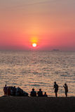 Όμορφο ηλιοβασίλεμα στη θάλασσα με τον πορτοκαλή, στρογγυλό και φωτεινό ήλιο επάνω Στοκ φωτογραφίες με δικαίωμα ελεύθερης χρήσης