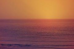 Όμορφο ηλιοβασίλεμα στη θάλασσα με το υπόβαθρο ουρανού, Ντουμπάι Στοκ Εικόνες