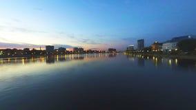 Όμορφο ηλιοβασίλεμα στον ποταμό του Βόλγα Ο θολωμένος πυροβολισμός της προκυμαίας με τους φωτεινούς σηματοδότες ανάβει και φωτειν απόθεμα βίντεο
