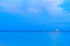 Όμορφο ηλιοβασίλεμα στο τροπικό νησί παραλιών Στοκ εικόνες με δικαίωμα ελεύθερης χρήσης