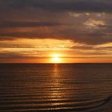 Όμορφο ηλιοβασίλεμα στο υπόβαθρο θερινών τροπικών κύκλων κυμάτων θάλασσας παραλιών Στοκ Εικόνες