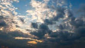 Όμορφο ηλιοβασίλεμα σύννεφων βραδιού φθινοπώρου timelapse φιλμ μικρού μήκους