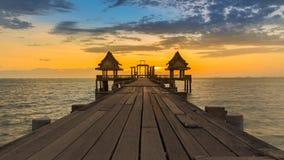 Όμορφο ηλιοβασίλεμα της ξύλινων γέφυρας και του περίπτερου Στοκ Φωτογραφία
