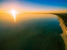Όμορφο ηλιοβασίλεμα υψηλό επάνω από τον ωκεανό και την ακτή Στοκ φωτογραφία με δικαίωμα ελεύθερης χρήσης