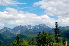 Όμορφο, ηλιόλουστο τοπίο βουνών στις διακοπές η ημέρα στοκ εικόνα