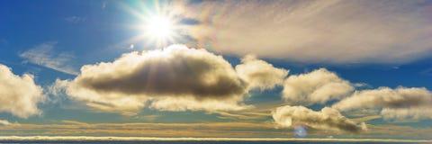Όμορφο ηλιόλουστο υπόβαθρο πανοράματος ουρανού Στοκ Εικόνες