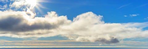 Όμορφο ηλιόλουστο υπόβαθρο πανοράματος ουρανού Στοκ φωτογραφία με δικαίωμα ελεύθερης χρήσης